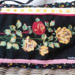 zwarte werktas met borduursel, gele rozen